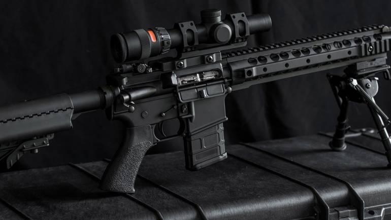 Historia broni palnej – od pistoletu skałkowego do karabinu maszynowego